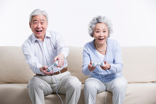 ゲームをする老夫婦の写真素材 [FYI02045441]