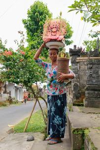 頭に物をのせる女性の写真素材 [FYI02045702]