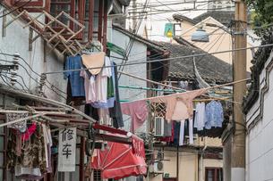 路地に干された洗濯物の写真素材 [FYI02045781]
