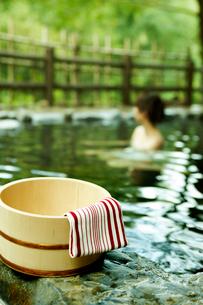 露天風呂の桶と手拭いと女性の写真素材 [FYI02045847]