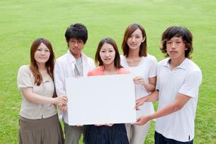 ホワイトボードを持つ若者達男女5人の写真素材 [FYI02045928]