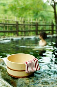 露天風呂の桶と手拭いと女性の写真素材 [FYI02045940]