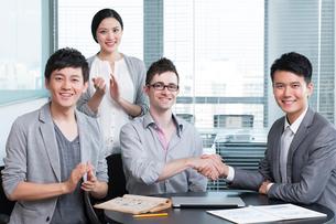 握手をするビジネスプープルの写真素材 [FYI02045954]