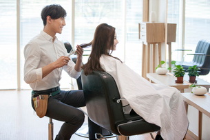 髪を切る女性と美容師の写真素材 [FYI02046019]