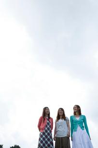 若者女性3人と空の写真素材 [FYI02046119]