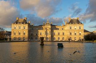 リュクサンブール公園 リュクサンブール宮殿 パリ フランスの写真素材 [FYI02046165]
