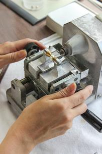 真珠の加工をする女性の手の写真素材 [FYI02046228]