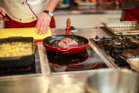 料理を作る男性の写真素材 [FYI02046258]