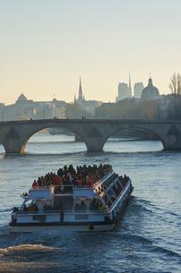クルーズ 観光船 セーヌ川 パリ フランスの写真素材 [FYI02046344]