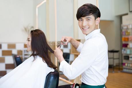 髪を切る女性と美容師の写真素材 [FYI02046524]