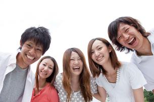 笑顔の若者達男女5人の写真素材 [FYI02046541]