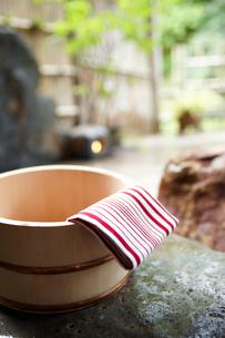 露天風呂 桶と手拭いの写真素材 [FYI02046577]