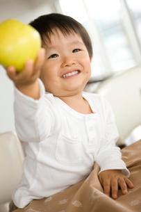 果物を持つ男の子の写真素材 [FYI02046630]