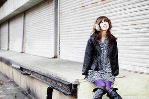 冬の屋外で腰掛ける女性の写真素材 [FYI02046639]