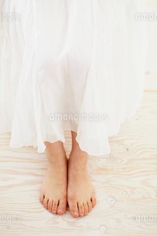 裸足の女性の足元の写真素材 [FYI02046694]