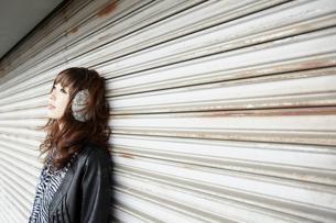 イヤーウォーマーを着けた女性の写真素材 [FYI02046733]