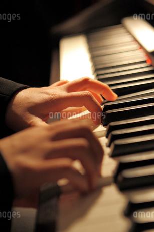 ピアノ演奏の写真素材 [FYI02046766]