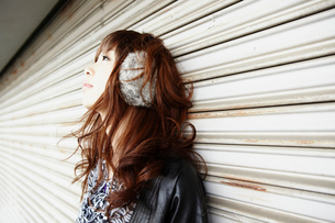 イヤーウォーマーを着けた女性の写真素材 [FYI02046802]
