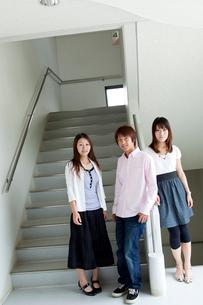 階段に立つ学生達男女3人の写真素材 [FYI02046812]
