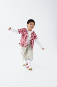 踏み出す男の子の写真素材 [FYI02046817]