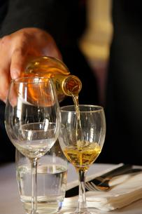 グラスに注ぐ白ワインの写真素材 [FYI02046914]