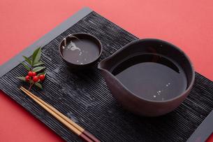 黒い盆と日本酒と箸の写真素材 [FYI02047318]