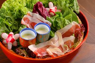 有機野菜と生ハムのサラダの写真素材 [FYI02047461]