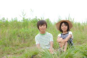 野原に座る2人の子供の写真素材 [FYI02047523]