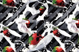 ドクロ型のイチゴとミルクのパターンの写真素材 [FYI02047526]