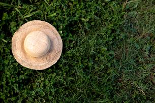 野原に置かれた麦わら帽子の写真素材 [FYI02047547]