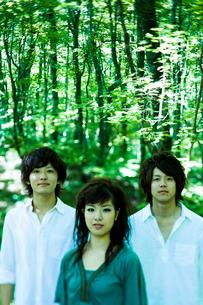 緑の森林で佇む若者たちの写真素材 [FYI02047604]