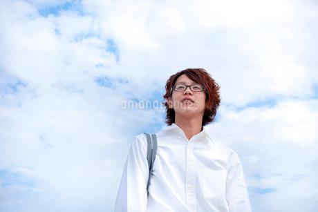 空と男子学生の写真素材 [FYI02047635]