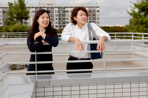 屋上の学生カップルの写真素材 [FYI02047680]