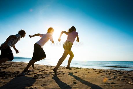 砂浜を走る若者たちの写真素材 [FYI02047758]
