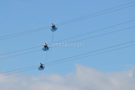 送電線の空中メンテナンスの写真素材 [FYI02047785]