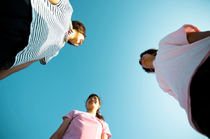 青空と若者たちの写真素材 [FYI02047862]