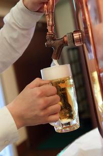 サーバーから注ぐビールの写真素材 [FYI02047883]