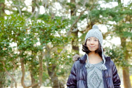 毛糸の帽子とダウンジャケットを着た女性の写真素材 [FYI02047914]