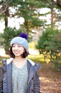 帽子を被った笑顔の女性の写真素材 [FYI02048067]