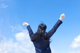 青空と伸びをする女子学生の写真素材 [FYI02048129]
