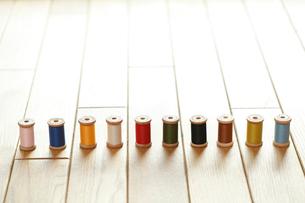 一列に並べたカラフルな糸の写真素材 [FYI02048145]