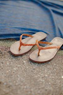砂浜のサンダルと敷物の写真素材 [FYI02048157]
