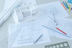 デスクの上の設計図と建築模型の写真素材 [FYI02048248]