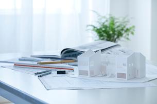 デスクの上の設計図と建築模型の写真素材 [FYI02048253]