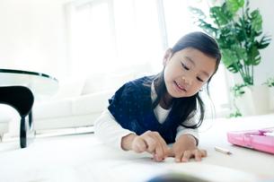 宿題をする女の子の写真素材 [FYI02048358]
