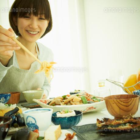 食事をする女性の写真素材 [FYI02048361]