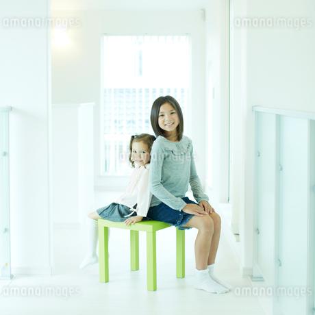 スツールに座る2人の女の子の写真素材 [FYI02048371]
