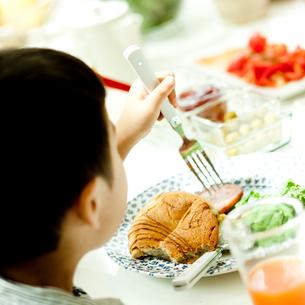 食事をする男の子の写真素材 [FYI02048382]