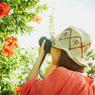 カメラを構える女性の写真素材 [FYI02048390]