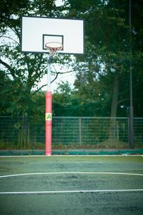 バスケットボールの屋外コートの写真素材 [FYI02048399]